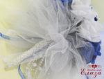 Красив булчински букет за сватба с нежни рози в тъмно синьо и бяло с дръжка от перли